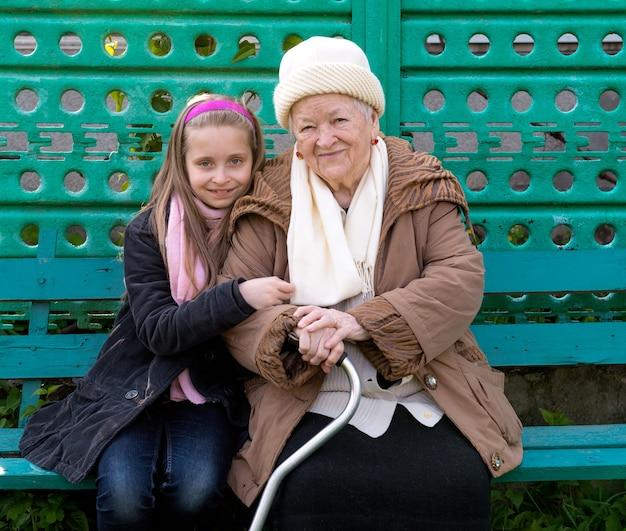 Babcia i wnuczka siedzą na ławce