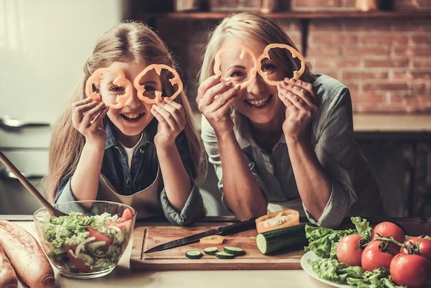 Babcia I Wnuczka W Kuchni Premium Zdjęcia