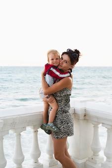 Babcia i wnuk nad morzem