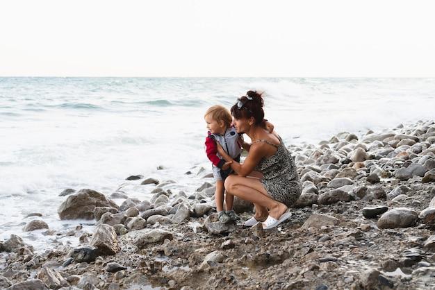 Babcia i wnuk patrząc na morze