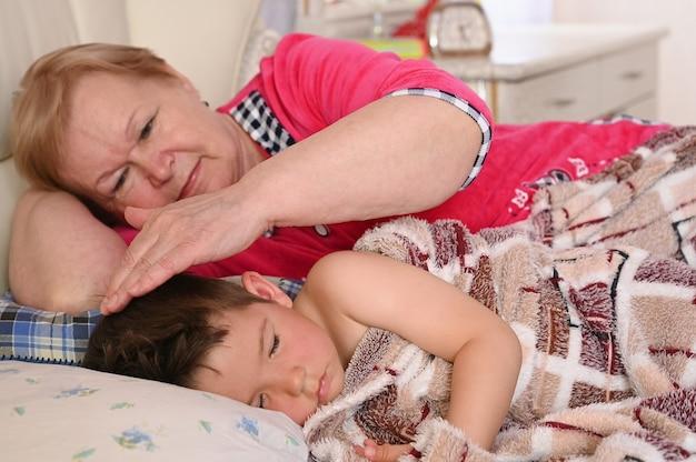 Babcia kładzie dziecko do łóżka