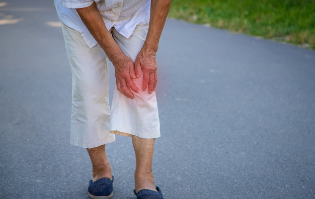 Babcia ma ból kolana starej kobiety. selektywne skupienie.