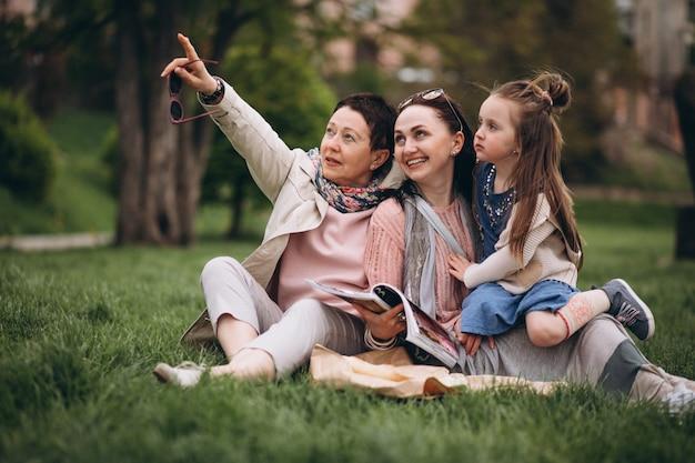 Babcia matka córka w parku piknik
