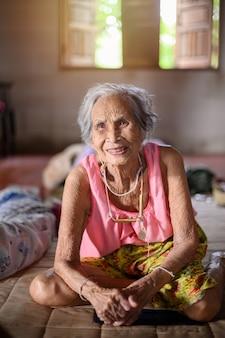 Babcia siedzi uśmiechnięta ze szczęścia.