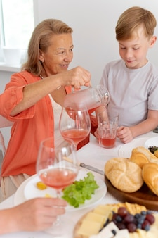 Babcia spędza czas razem z wnukiem