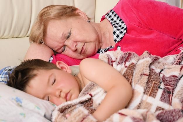 Babcia śpi z wnukiem
