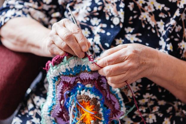 Babcia szydełkuje rzeczy. ręce z bliska