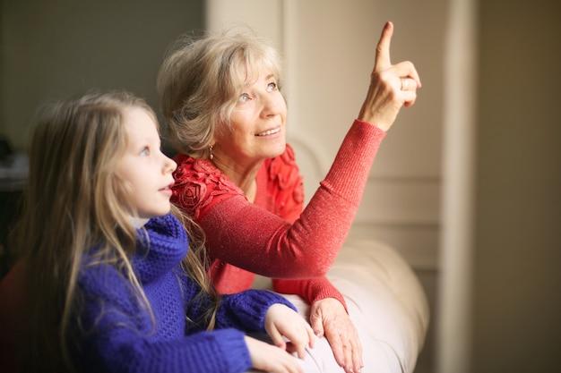 Babcia uczy swoją wnuczkę