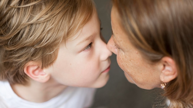 Babcia z bliska i dziecko dotykające nosów