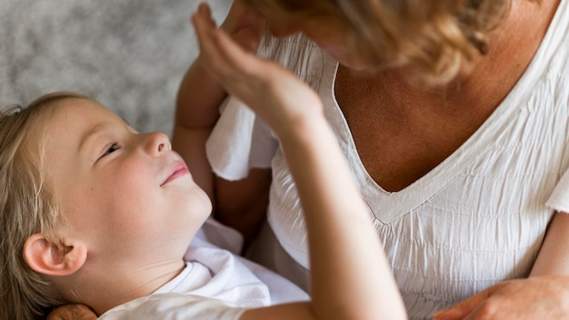Babcia z bliska i dziecko gra