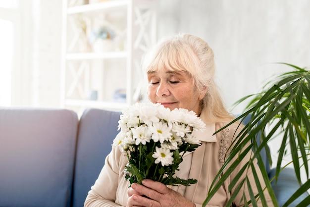 Babcia z bukietem kwiatów