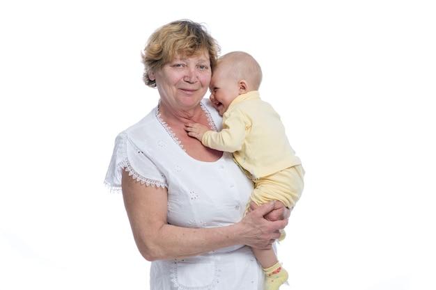Babcia z dzieckiem na białym tle