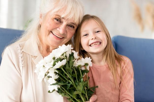 Babcia z kwiatami od dziewczynki