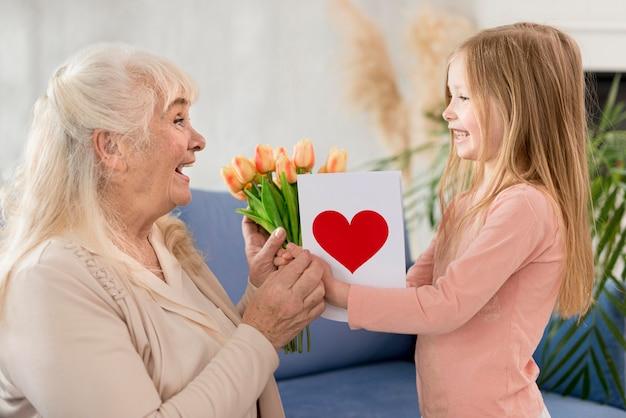 Babcia z kwiatami od małej dziewczynki