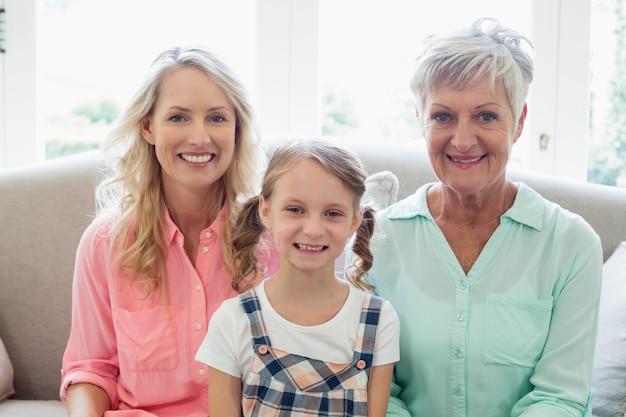 Babcia z matką i córką relaksuje na kanapie