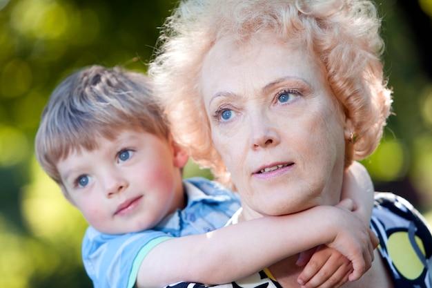 Babcia z wnukiem w parku
