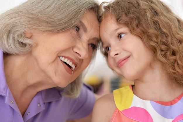 Babcia ze swoją uroczą wnuczką na tle