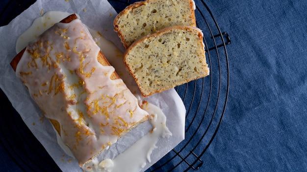 Babeczka cytrynowa z makiem. tradycyjne domowe ciasta. chleb cytrynowy z polewą cukrową