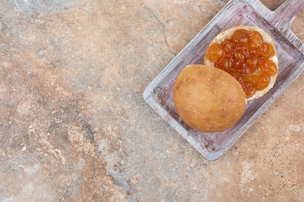 Babeczka i dżem jagodowy na desce