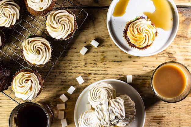 Babeczka i marshmallow na tle stołu deserowego