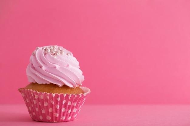 Babeczka na różowej ścianie