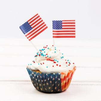 Babeczka ozdobiona amerykańskimi flagami