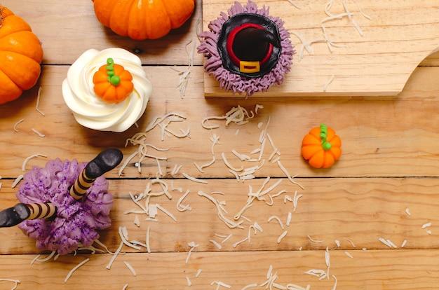 Babeczka ozdobiona kremem z serka śmietankowego i fondantem na obchody halloween