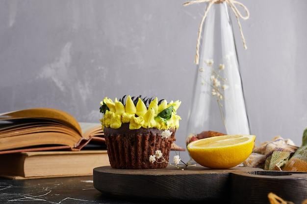 Babeczka z dekoracją słonecznikową i cytryną.