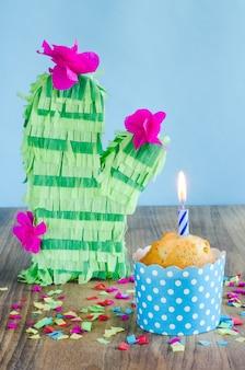 Babeczka ze świecą i kaktusową piniatą