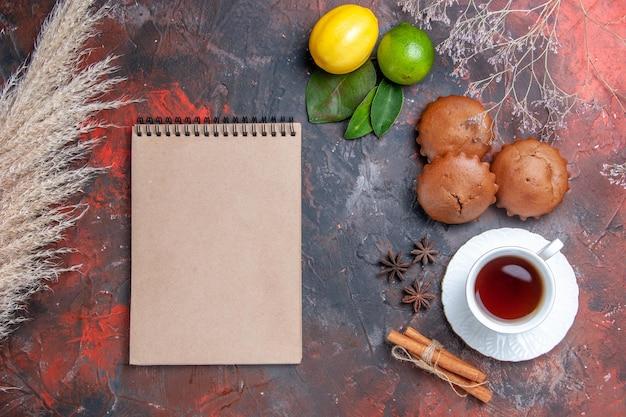 Babeczki biały zeszyt babeczki owoce cytrusowe filiżanka herbaty anyż gwiazdkowaty