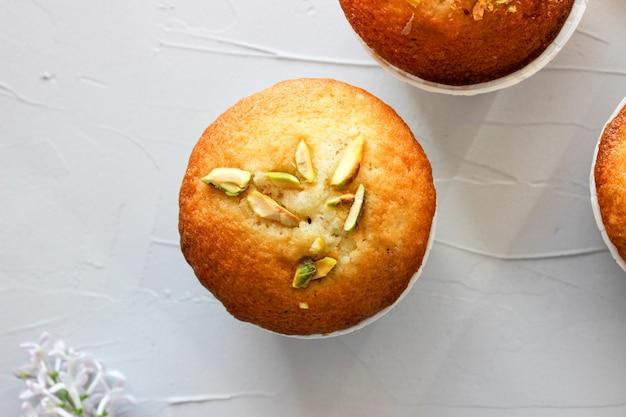 Babeczki cytrynowe posypane posiekanymi pistacjami.