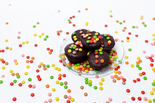 Babeczki czekoladowe i wybór słodyczy na czarnej powierzchni