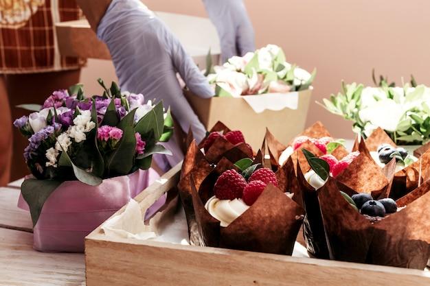 Babeczki i kwiaty w pudełku, świąteczna kompozycja na walentynki, urodziny