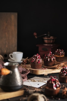 Babeczki jako prezent dla bliskich. pomarańczowe babeczki z kremem czekoladowym. proces gotowania. deser i kawa.