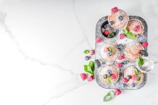 Babeczki lub babeczki z jagodami