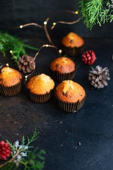 Babeczki mini babeczki z kawałkami czekolady i lampkami choinkowymi