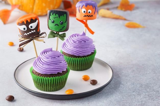 Babeczki na halloween i potwory ptasie mleczko w czekoladzie