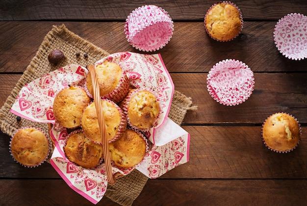 Babeczki owocowe z gałką muszkatołową i ziele angielskie na drewnianym stole
