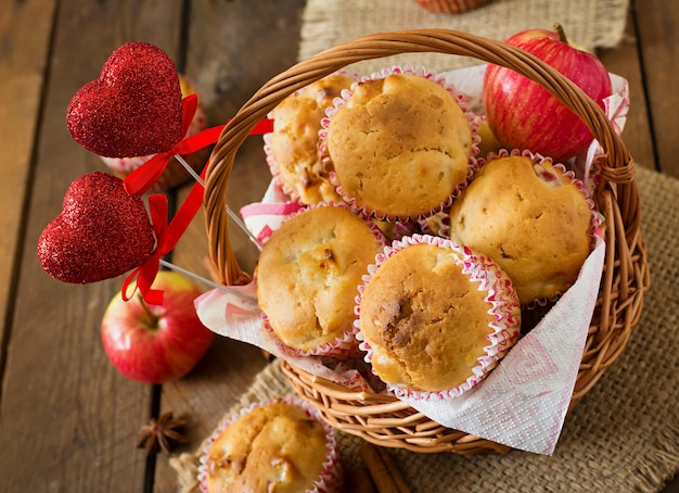 Babeczki owocowe z gałką muszkatołową i ziele angielskie w wiklinowym koszu na drewnianym stole