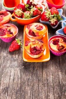 Babeczki truskawkowe na talerzu i jagody