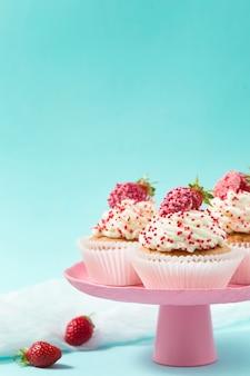 Babeczki waniliowe ozdobione truskawkami na różowo