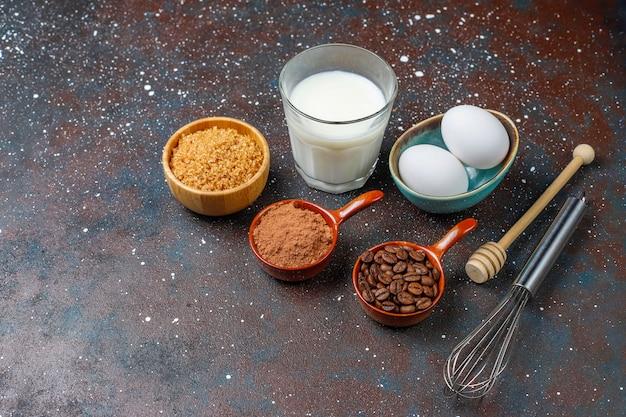 Babeczki wypiekowy tło z naczyniami kuchennymi.