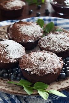 Babeczki z brązowej czekolady i niebieskie berrries