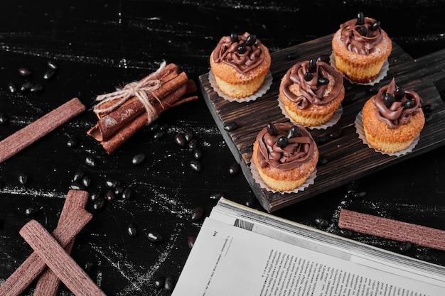 Babeczki z kremem kakaowym na desce