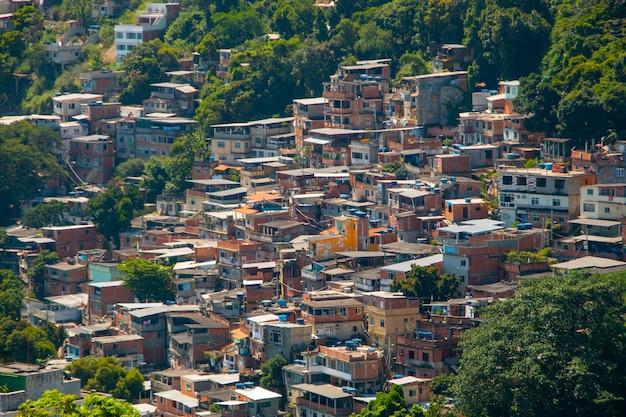 Babilońskie slumsy w copacabana w rio de janeiro w brazylii.