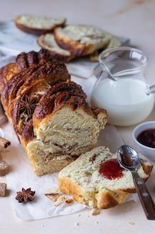 Babka lub brioszka z cynamonem i brązowym cukrem z dżemem i mlekiem
