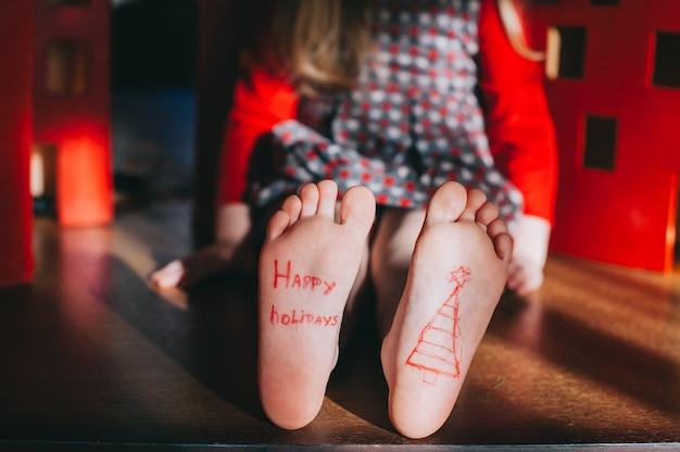 Baby bose stóp na drewnianej podłodze. boże narodzenie koncepcji uroczystości