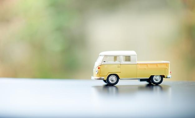 Baby car toy car classic toy car concept i jest kopia przestrzeń.