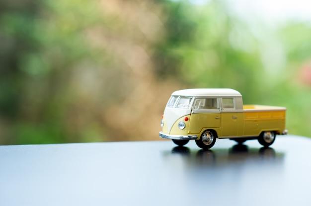 Baby Car Toy Car Classic Toy Car Concept I Jest Kopia Przestrzeń. Premium Zdjęcia