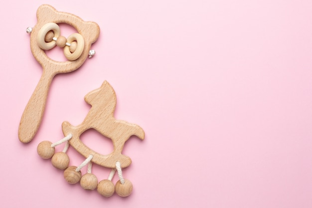 Baby drewniane grzechotki i zabawki na różowo